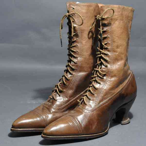 1959.027.001ab Woman's Leather Lace-up Boots, c. 1915
